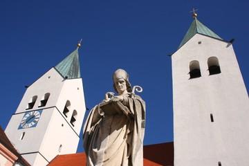 Heiliger Korbinian vor Freisinger Dom