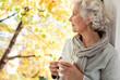 Leinwanddruck Bild - grauhaarige, attraktive Frau genießt den sonnigen Herbst