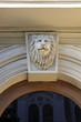 Постер, плакат: Голова льва над оконным проемом