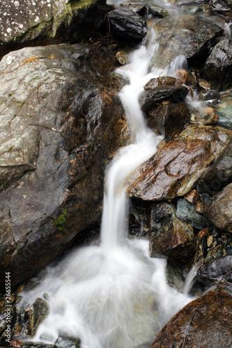 mały wodospad między skałami