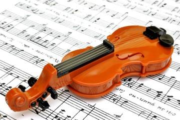 Violino su spartito musicale