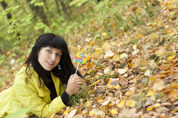 Молодая красивая женщина ест конфеты леденцы