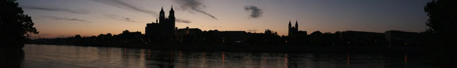 Magdeburger Dom und Elbe bei Sonnenuntergang