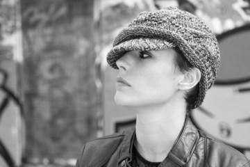 Portrait de profil  d'une jeune femme coiffée d'un bonnet