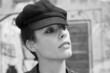 Portrait d'une jeune femme portant une casquette noire
