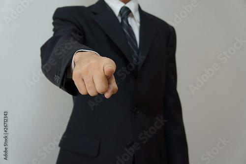 指摘するビジネスマン