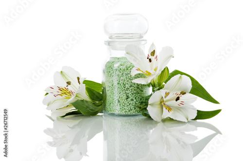 Badeperlen in der Flasche mit Lilien
