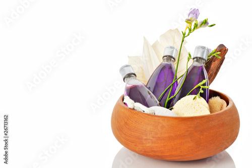 Shampoo duschgel in Holzschale mit Deko Bimsstein und Blume