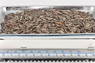 Balanza y semillas de girasol
