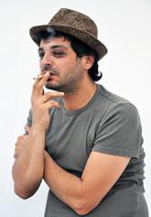 Accanito fumatore con sigaretta
