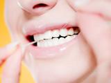 Fototapety femme passant le fil dentaire - concept soins dentaires