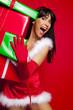 lachender weihnachtshelfer mit geschenken