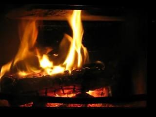 Kaminfeuer mit fallendem Holzscheit