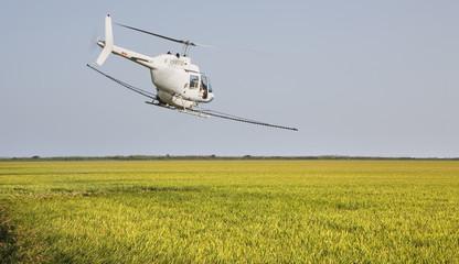 Helicoptero fumigando campos