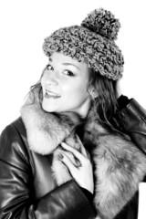 Junge Frau im Wintermantel und Pudelmütze