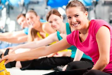Gruppe im Fitnessstudio beim Aufwärmen