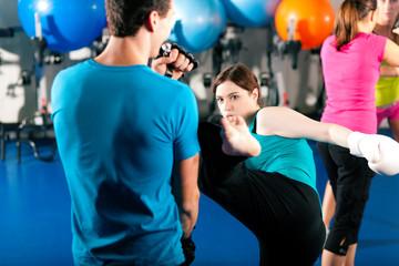 Kick-Boxerin mit Trainer beim Sparring