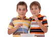 Zwillinge trinken mit langen Strohhalmen