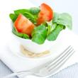 Feldsalat mit Tomate und Pinienkernen