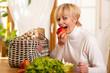 Frau nach Einkauf mit Lebensmitteln