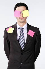 homme d'affaire caucasien / européen post-it