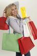 Junge Frau mit vielen Einkaufstaschen