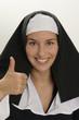 Nonne mit Daumen hoch