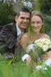 Brautpaar sitzt im Gras