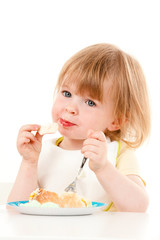 Kind isst Kuchen