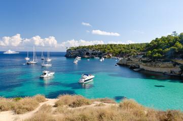 Boote in der Bucht von Cala Portals Vells, Mallorca