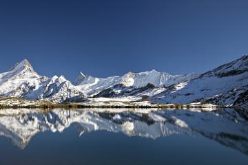 Berge mit Schnee und See