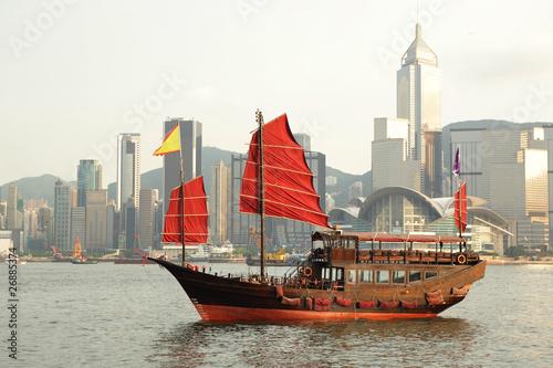 zaglowka-plynaca-w-porcie-w-hongkongu