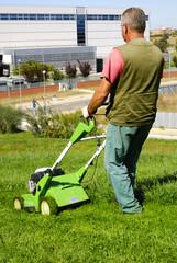 Uomo che falcia l'erba
