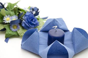 Blaue Serviette mit blaue Kerze