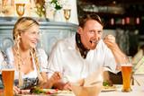 Paar in bayerischem Restaurant isst Wurstsalat