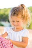 junges Mädchen hängt Wäsche auf - Fine Art prints