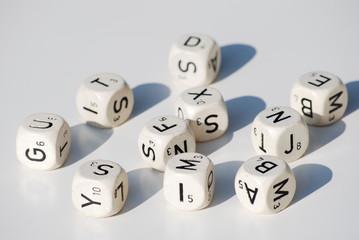 dés blancs sur fond blanc lettres, chiffres et nombres