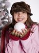 jeune adolescente souriante qui fait des boules de neige