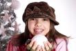 jeune adolescente qui joue avec la neige