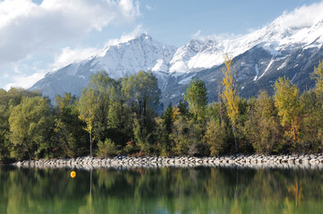 Herbst am See, Berge mit Schnee