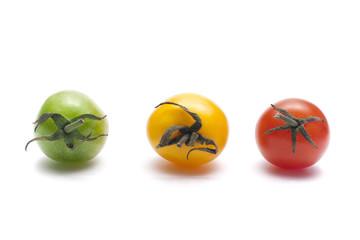 Три помидора на белом фоне