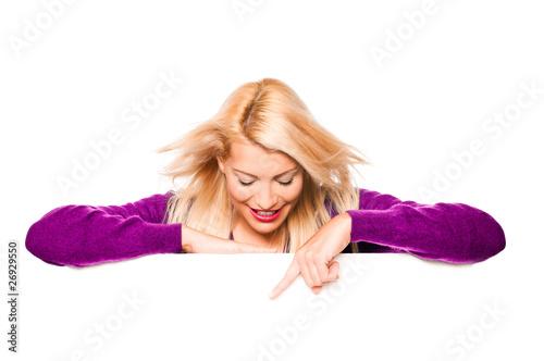 Blonde Frau zeigt mit Finger auf Plakat