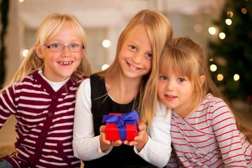 Weihnachten in Familie - Mädchen mit Geschenken