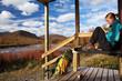 Wanderin macht vor einer Hütte eine Pause