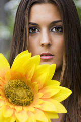 Retrato de mujer con flor amarilla