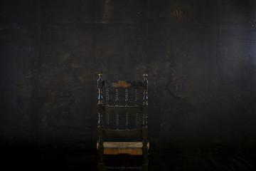 Sedia su uno sfondo dark
