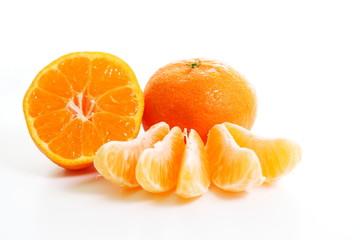 Mandarinen - Mandarine mit Hälfte und Stückchen