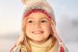 Kind mit Pudelmütze (schneebedeckt) mit Himmel