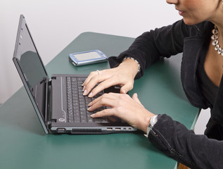 Detalle mujer trabajando sobre ordenador