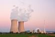 Kernkraftwerk Grohnde in Niedersachsen in der Abenddämmerung